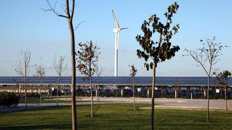 Gediz Üniversitesi Rüzgar ve Güneşten Aynı Anda Elektrik Üreten Hibrit Santralini Hizmete Aldı